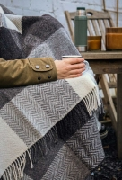John Hanly Merino Cashmere Decke Herringbone White / Grey Block Check
