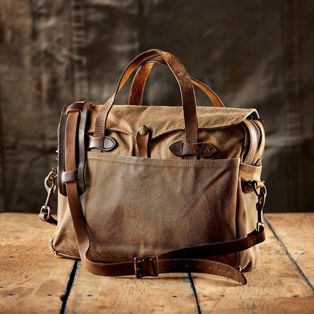 Die Duffle Bags von Filson sind aus dem vollen geschnitzt. Der bewährte  22-oz Rugged Twill ist wasserdicht und enorm robust. Durch häufigen  Gebrauch gewinnt ... fa7b12c31f7f5