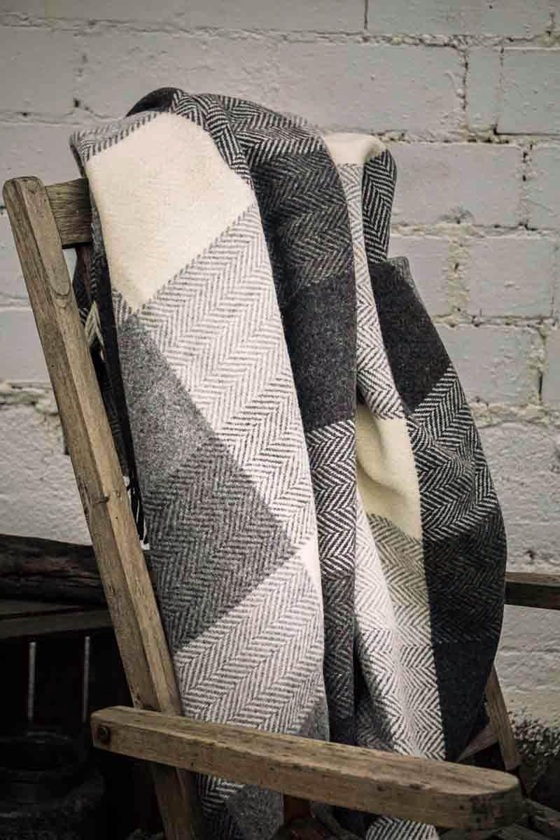 John Hanly Merino Cashmere Decke Herringbone White / Grey Block Check