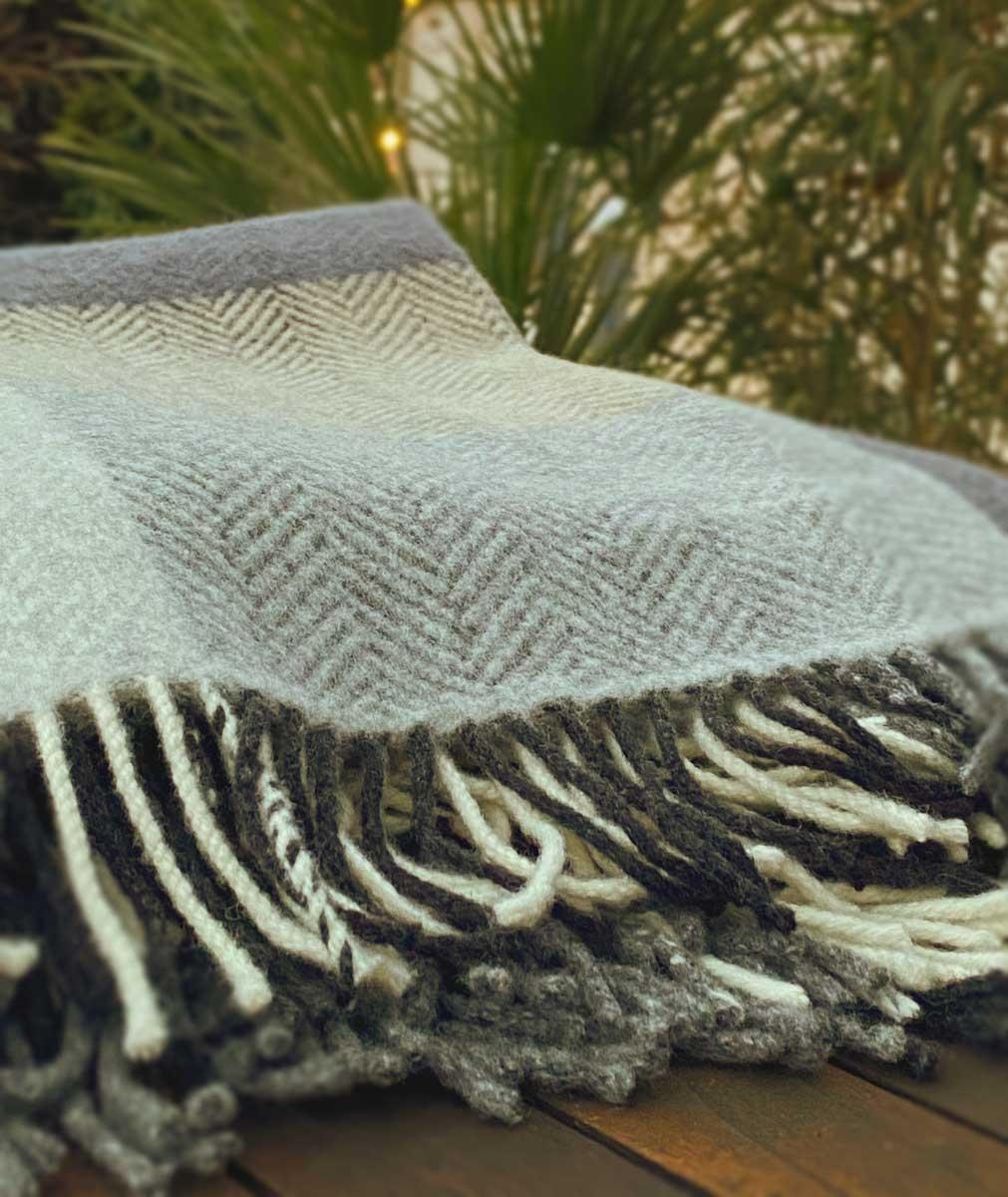 John Hanly Merino Cashmere Decke Herringbone Cream / Grey Large Block